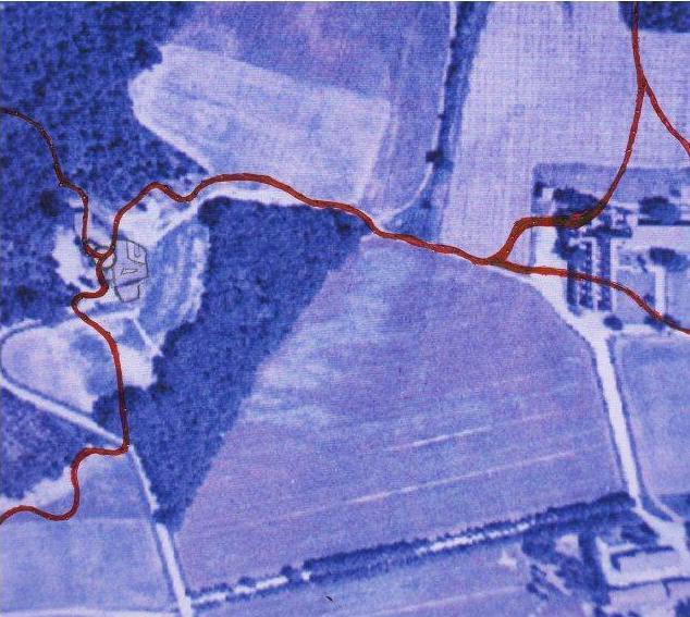 Rilievo dei corsi d'acqua ( in Rosso ) nell'intera area inteerssata. La foto aerea è rilevata da www.atlanteitaliano.it
