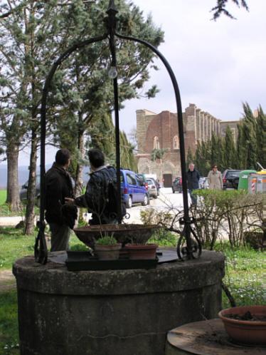 Il pozzo in secca in asse con l'Abbazia. Fonte: Franca Calderini