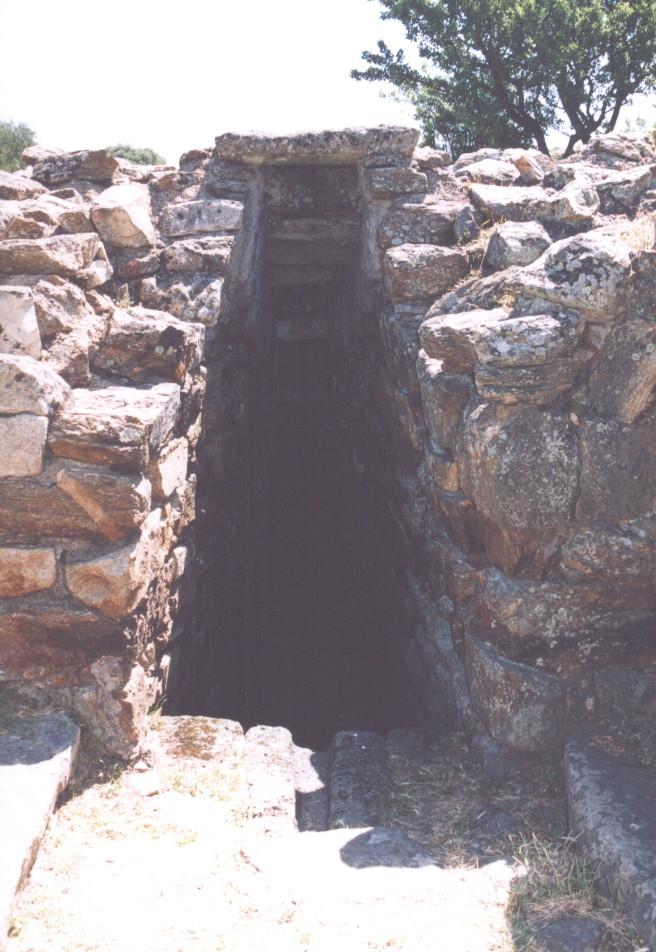 L'accesso al pozzo, si noti all'altezza del primo gradino la canalina troppo-pieno, unica pietra basaltica del complesso. Fonte: Sergio Costanzo