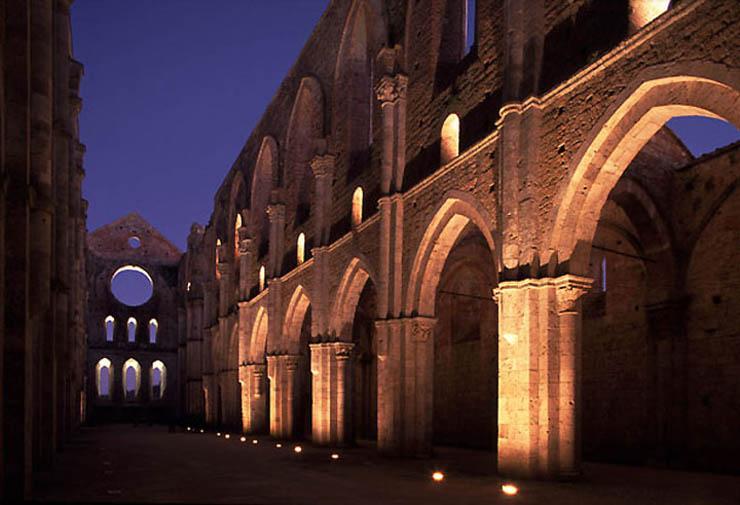 San Galgano vista in notturna. Fonte: dalla rete